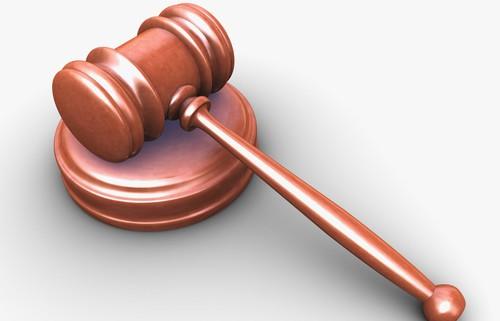 Soudní kladívko - ilustrační obrázek.