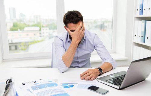 Ilustrační obrázek: Nešťastný podnikatel před oddlužením.