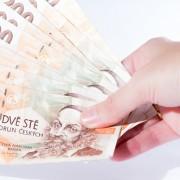 Peníze v ruce - ilustrační snímek.