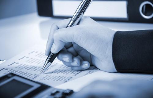 Finanční poradce zapisuje - ilustrační obrázek.